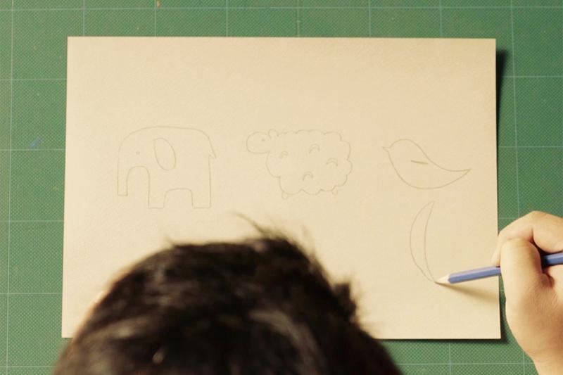 画用紙に動物の絵を描く