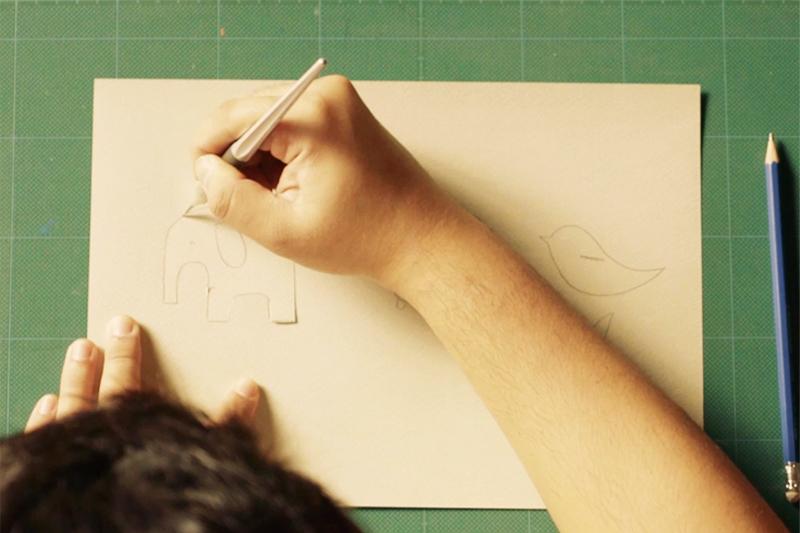 画用紙に描いた絵をカット