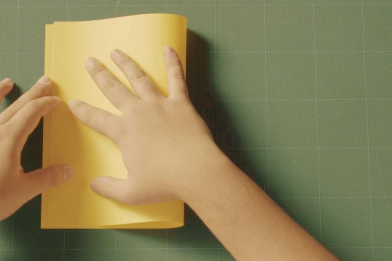 画用紙を半分に折り曲げる