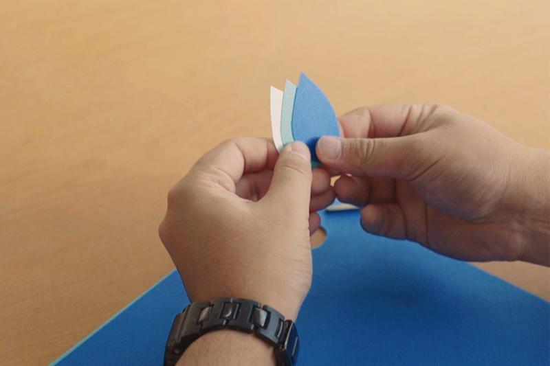 画用紙を雫の形にカット