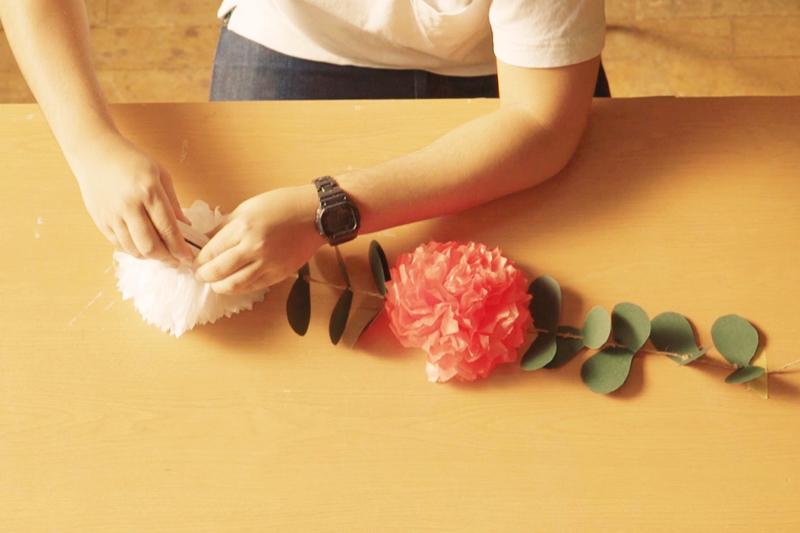 葉っぱを通した紐にお花も通す