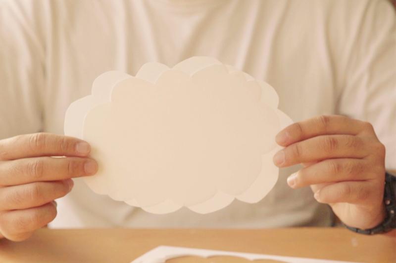 画用紙を雲の形にカット