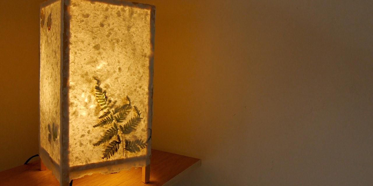 [夏休みの自由研究] 数時間で完成!牛乳パックから紙を作ってランプシェードに! – recycling paper lamp shades
