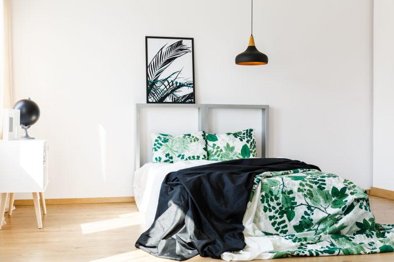 寝室にはボタニカル柄のベッドカバーを