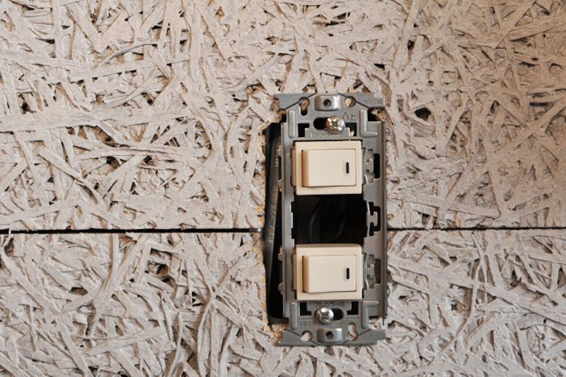 新しいプレートも表面にネジがあるタイプを選べば、構造は同じ。元のプレートと同様にあてがう1