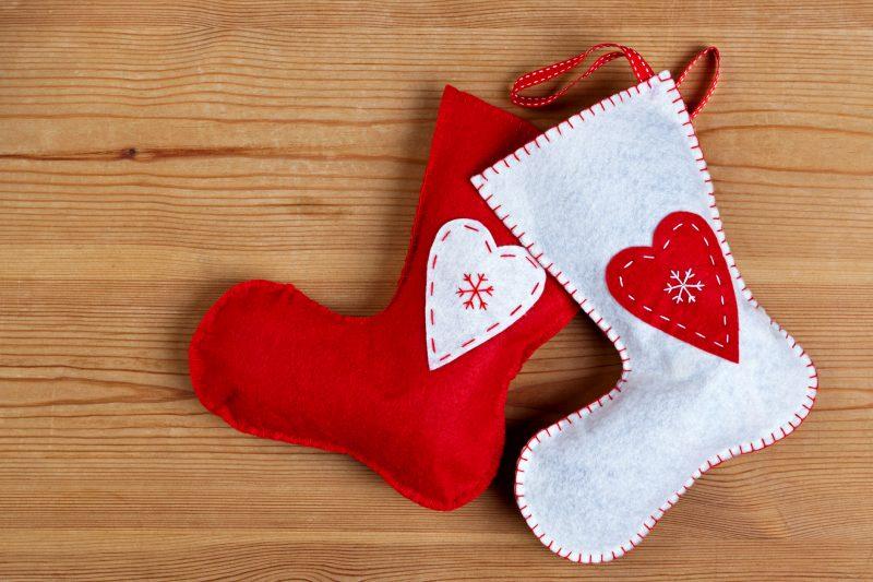 プレゼントを入れる靴下もフェルトで作れる
