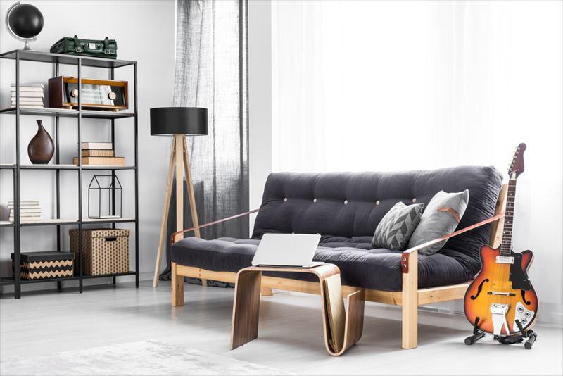 木材フレームのダークカラーのソファ