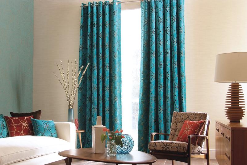ターコイズブルーのカーテン