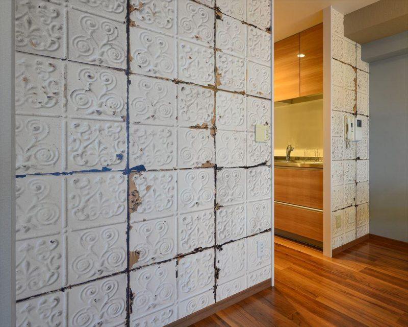 石材風の壁紙を貼った仕切り壁