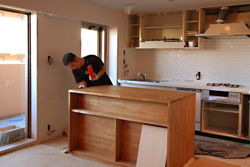 キッチンカウンター、タモ集成材にワトコオイルを丁寧に塗っています。