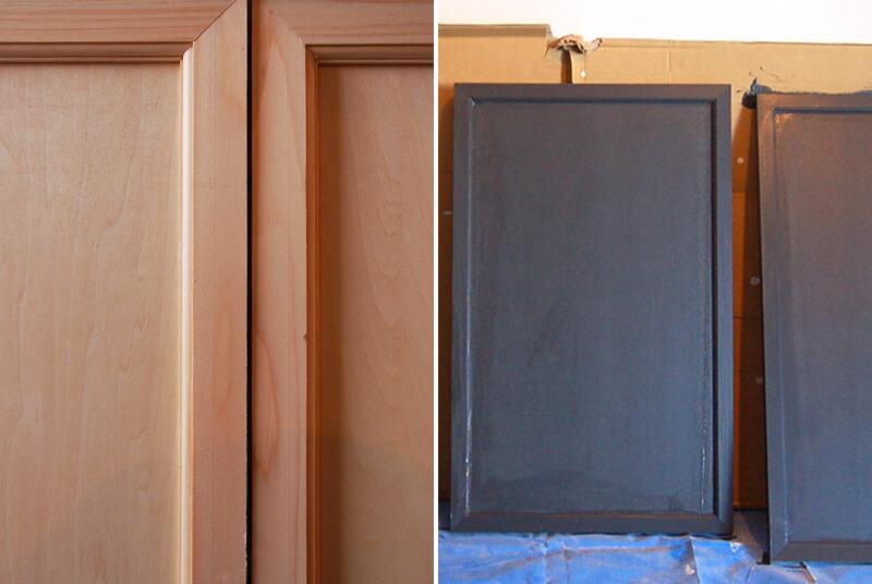 キッチンの扉は板そのままだと味気ないので、モールディング加工。そこに黒に近いダークグレーを塗りました。