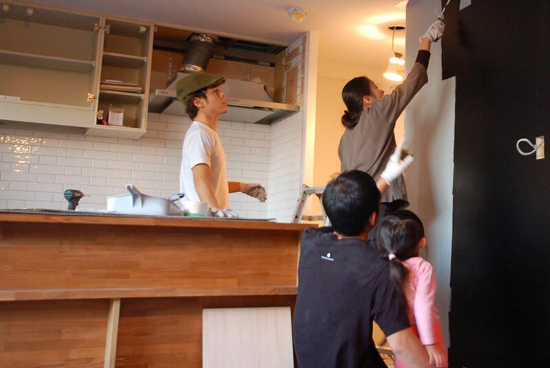 キッチンカウンター横の壁には、イカ墨リング色の黒板塗料。