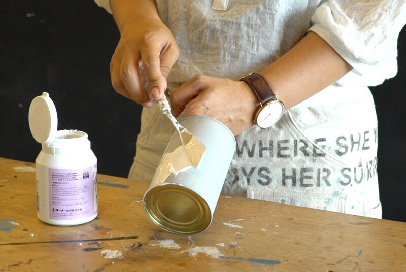 コテで漆喰を塗ります