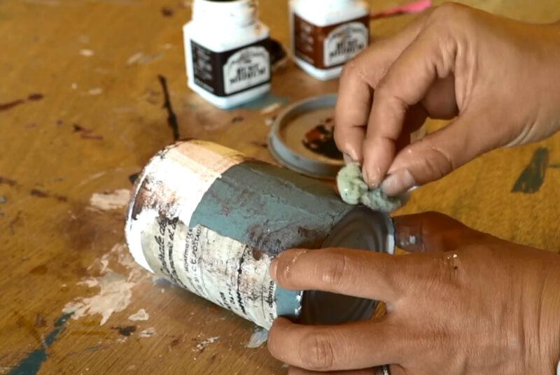 スポンジを使って塗ります