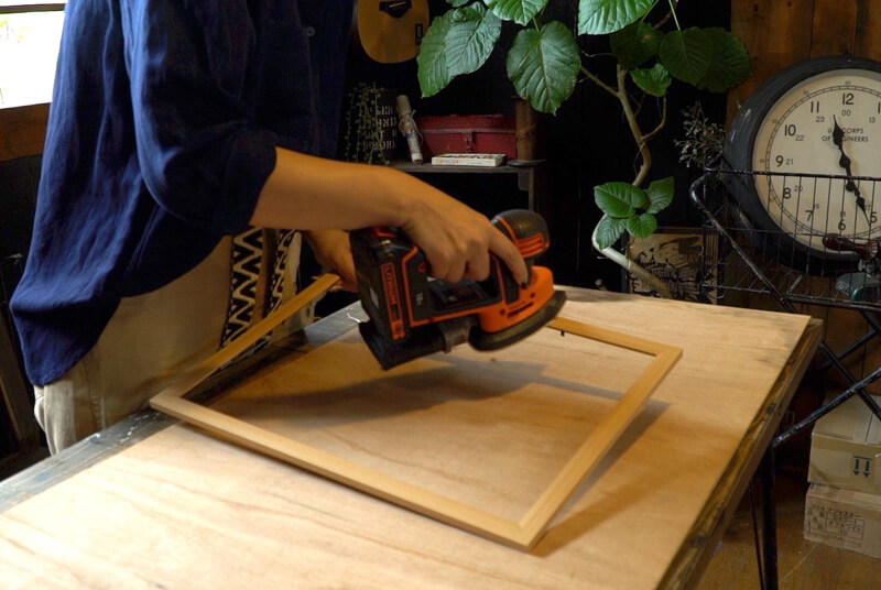サンダーでフォトフレームのつるつるした部分を削ります