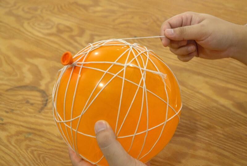 風船に紐を巻きつける