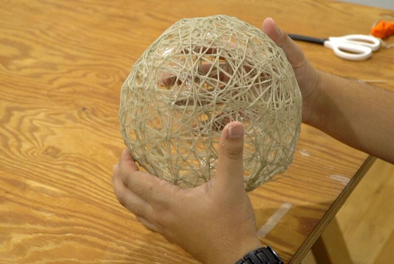 紐と風船で作ったクモの巣完成