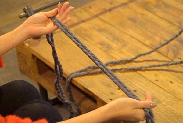 編む幅の4倍ほど(今回は50cm)の長さの毛糸をとる