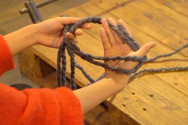 手首より大きめの輪を作り、右手を輪の中に入れる