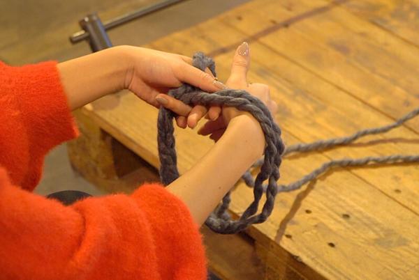糸を掴んで輪の中にくぐらせ