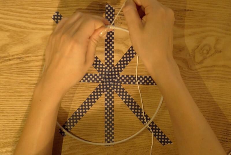 リングの中で紐が八角形になるように編む