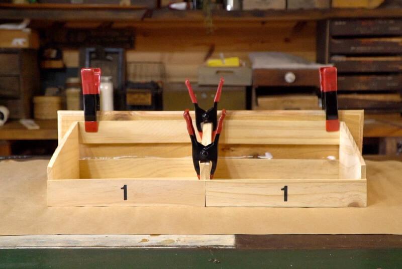 2個のボックスの上部にボンドで固定し、全てクランプで抑える