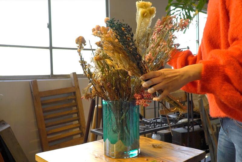 ドライフラワー5〜6本を組み合わせて、花束を作る