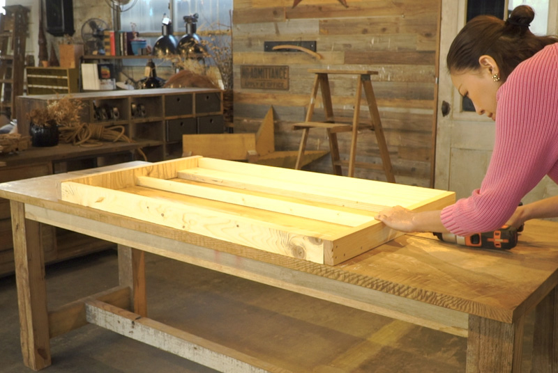 木材を組み立てる