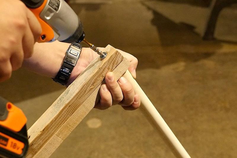 丸棒と脚2本の上部をネジで留める