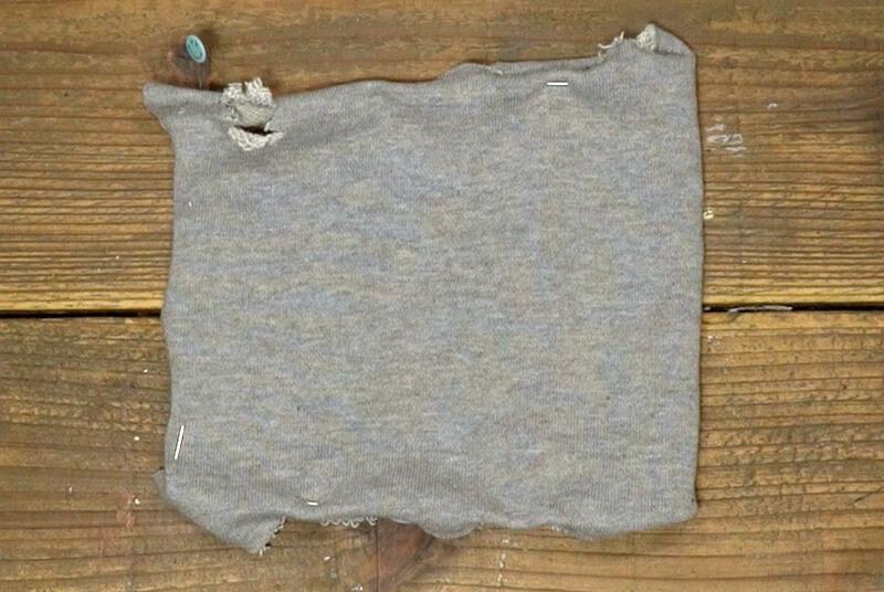 布(A)を待ち針で折り返し部分を押さえ、表面のデザインを考えていく
