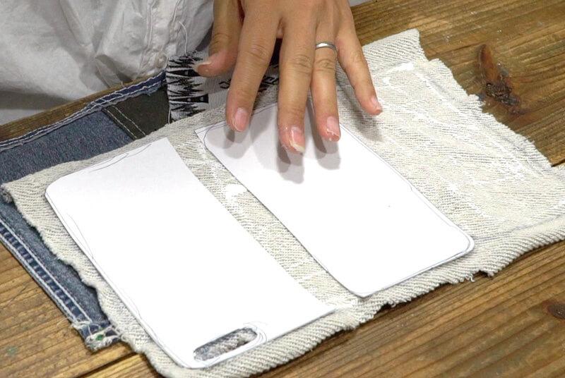 型紙(A) の真ん中部分を切りとったものを布(A)にボンドで貼る