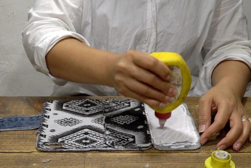 型紙にボンドを塗り、本体に貼り付ける