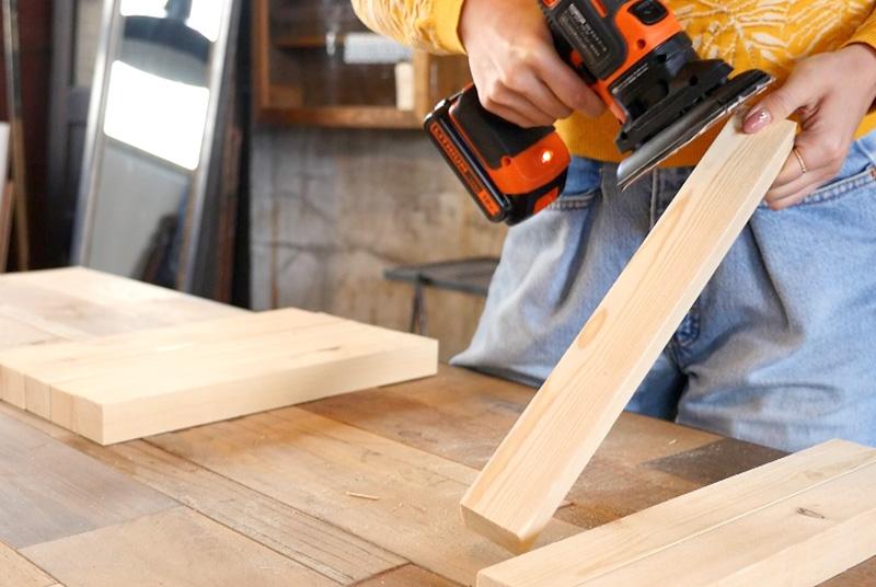 木材を電動ヤスリでなめらかにする
