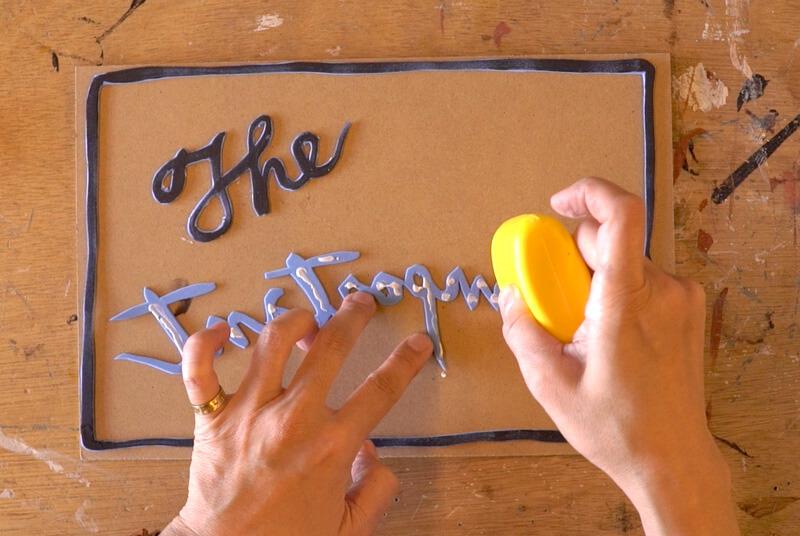 土台に切り抜いた文字をボンドで貼る