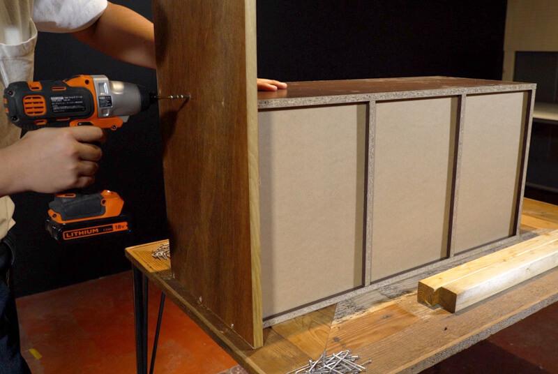 カラーボックスと地板をビスで固定する