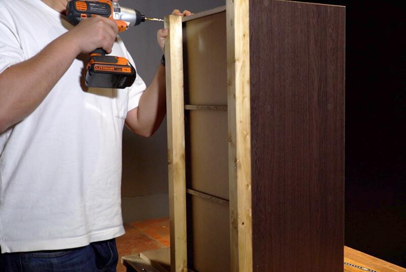カラーボックスの背面に下地材をビスで固定する