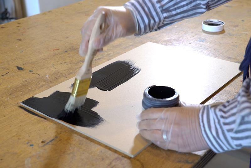 MDFボードにチョークボードペイントをハケで1度塗りする