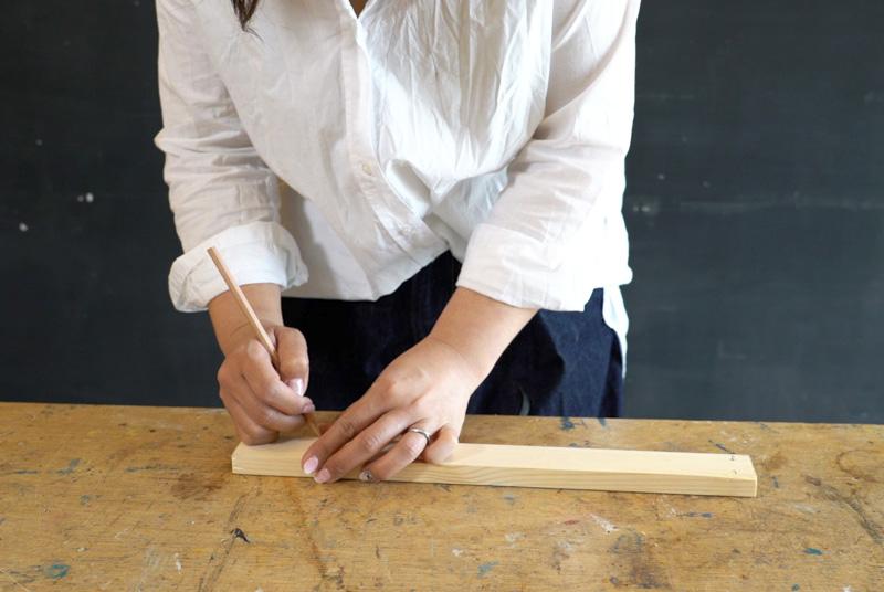 材に下穴をあけるための印や木材固定のための印を表と裏につけていく
