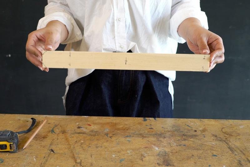 木材に下穴をあけるための印や木材固定のための印を表と裏につけていく