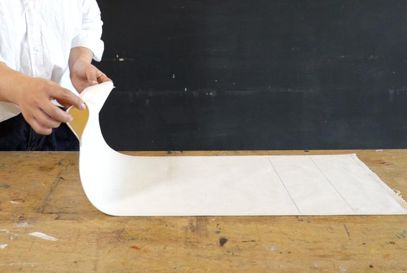 布用ボンドとアイロンを使い、布をとめていきステンシルをする