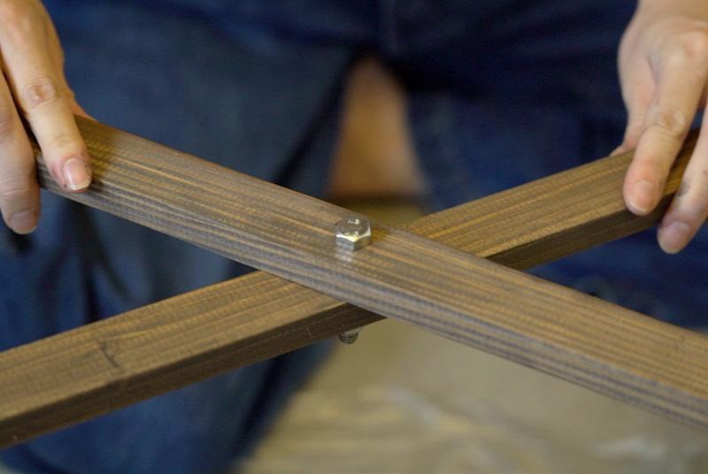 先に作った脚の穴と合わせて、外側からボルトを通し、内側からワッシャー、ばね座金、ナットの順で締める。