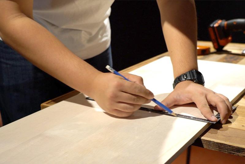 木板に印をつける