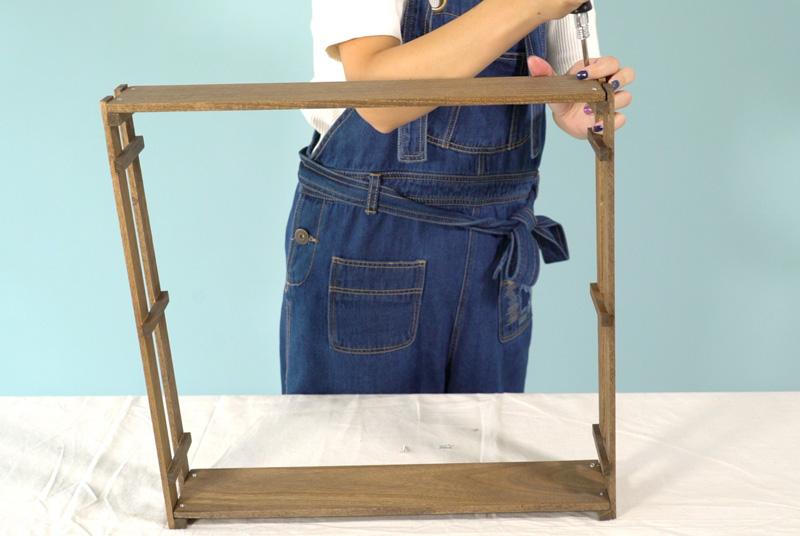 棚板をビスで留めて組み立てる