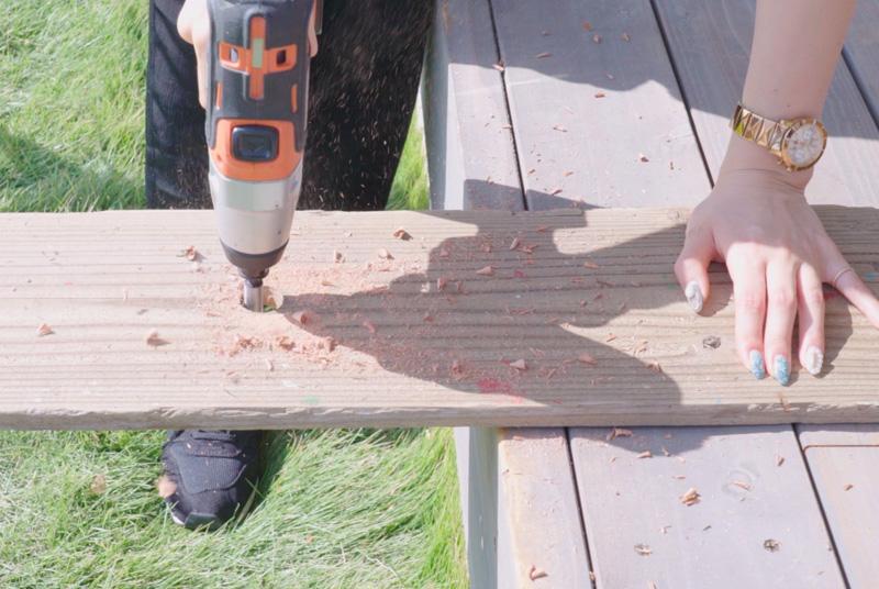 背板に穴をあける