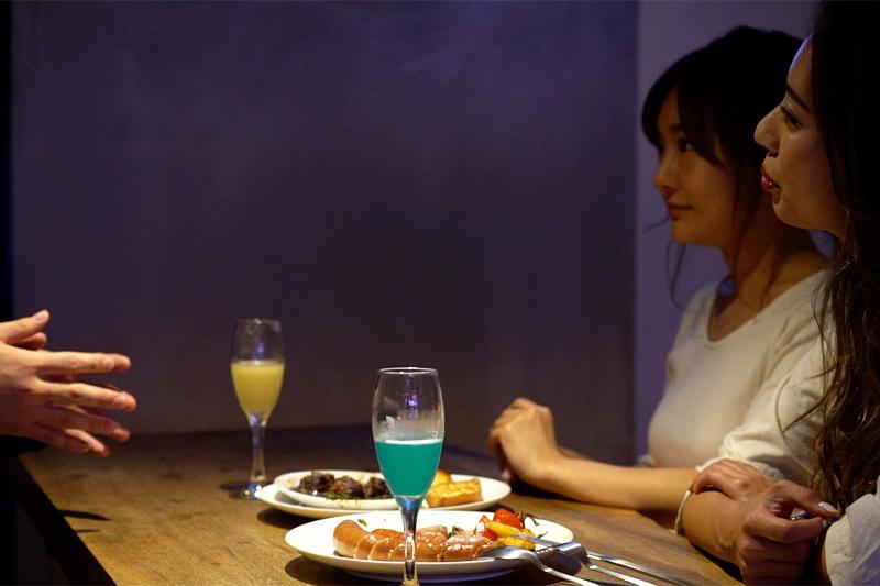 食事をしながら会話もはずむ