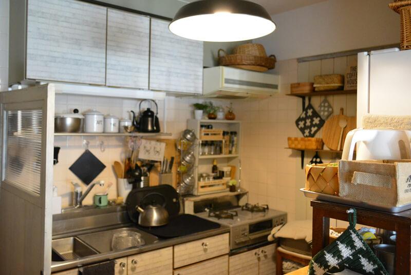 レトロな建具を、キッチンの目線隠しにする