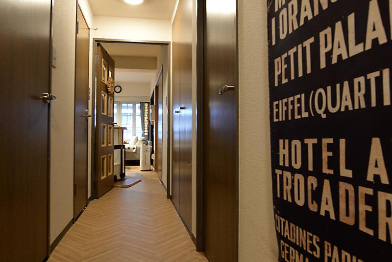 廊下にヘリンボーンのクッションフロアを貼ってイメージを変える