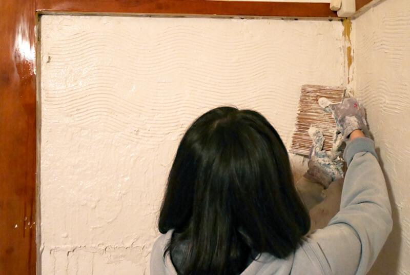 漆喰に波の模様をつける