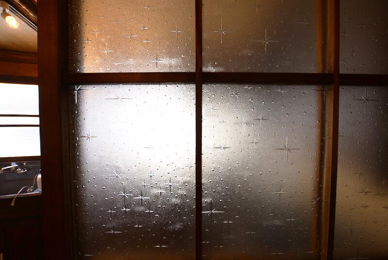 柄の付いたすりガラス