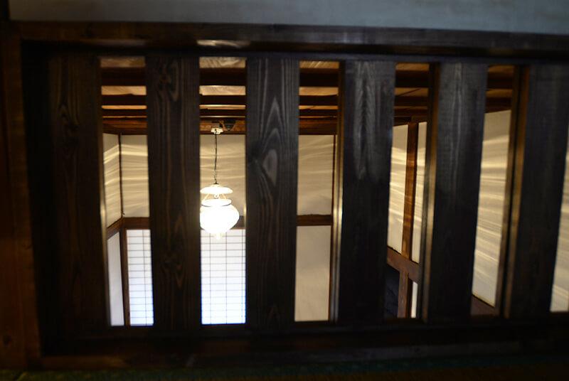 リビングルームの灯りが見える無双窓